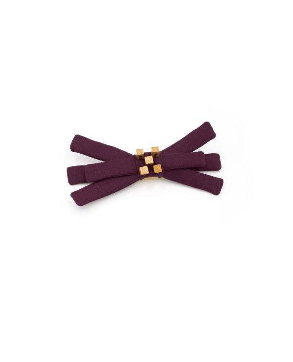 Nœud en tissu prune avec broderie de petites perles cube en bois ocre. 8,5 x 4 x 1,8 cm.