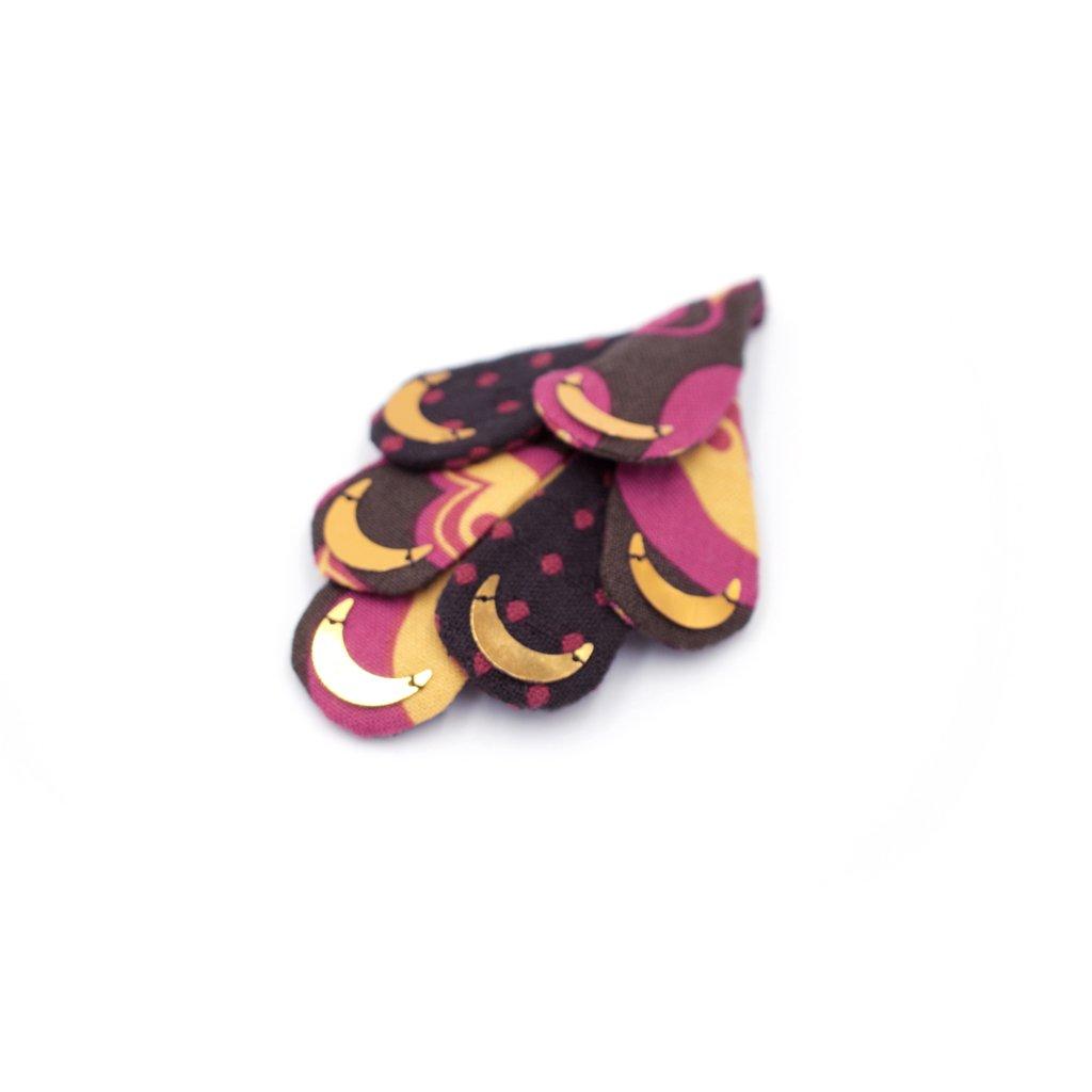 Broche de style applique avec broderie de sequins lune anciens sur tissus ocre et violet. 8 x 5 x 1 cm.