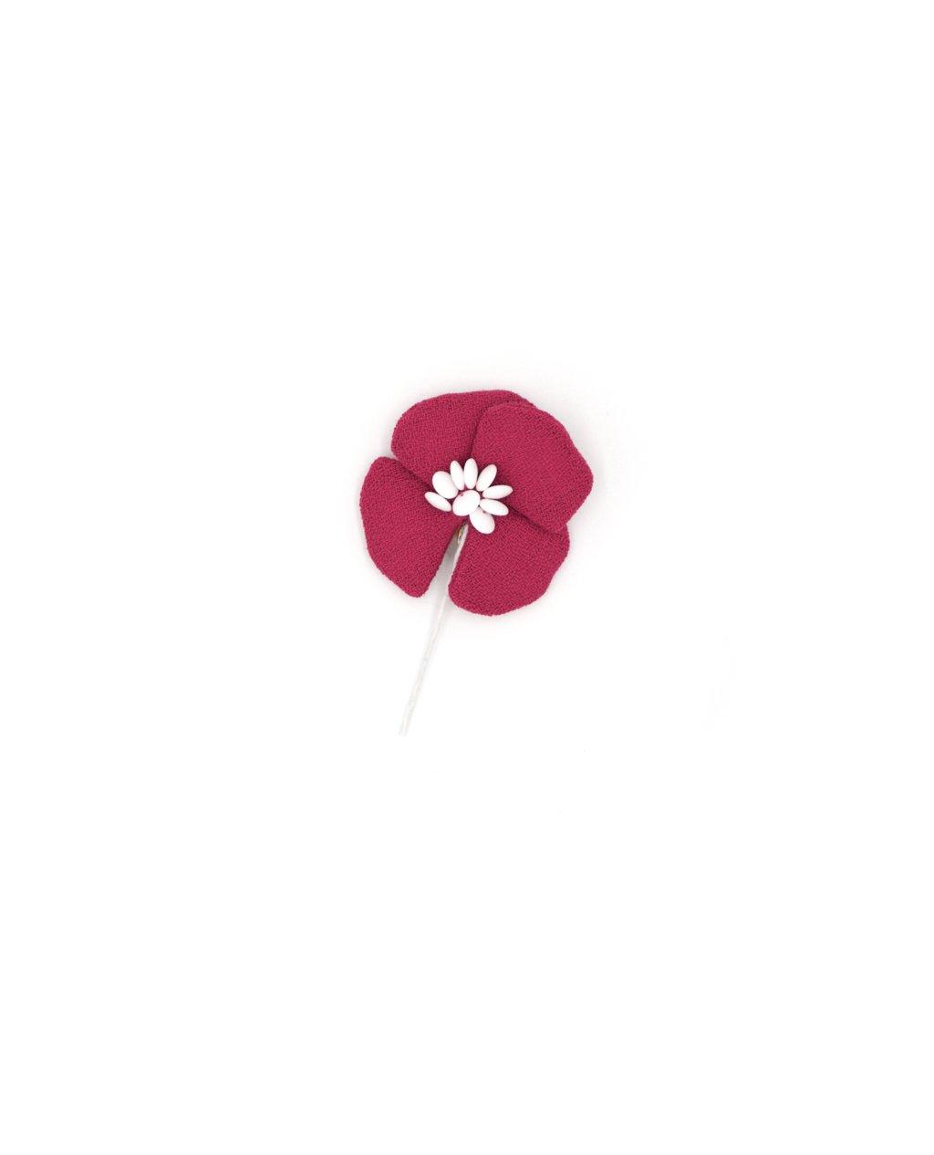 Fleur sur tige à quatre pétales en crêpe de laine framboise. Cœur brodé de perles en verre blanc opaque. 7,5 x 4,5 x 1,5 cm.