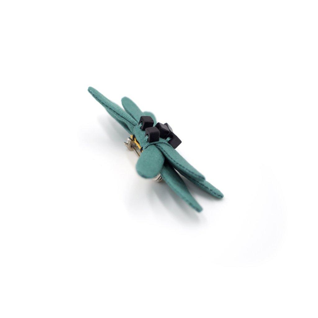 Nœud en tissu vert émeraude avec broderie de petites perles cube en bois noir. 8,5 x 4 x 1,8 cm.