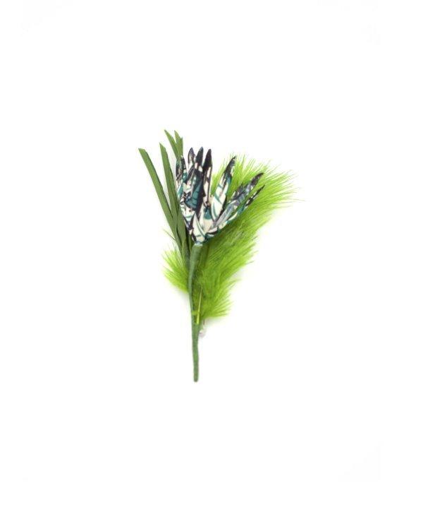 Petit bouquet avec une fleur Liberty peinte et une plume verte. 11,5 x 6 x 3,5 cm.